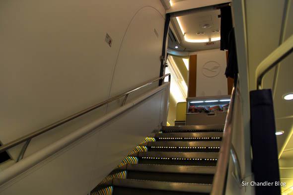 airbus-380-lufthansa-escalera