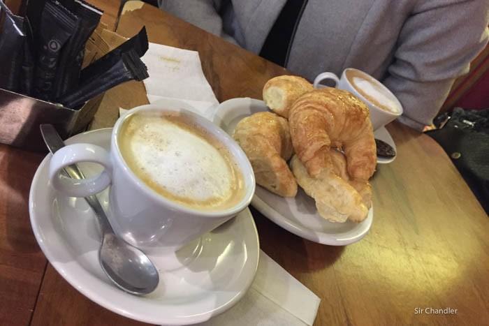 cafe-con-leche-medialunas