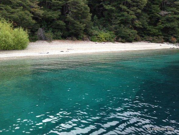 La ceniza cambió el color de las playas de Bariloche