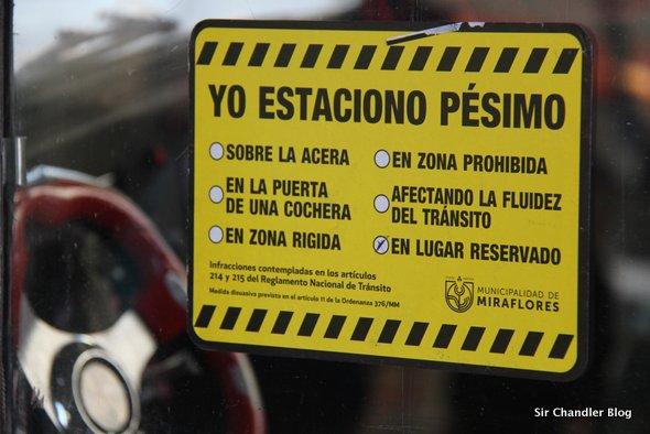 Perfecto escrache peruano a autos mal estacionados