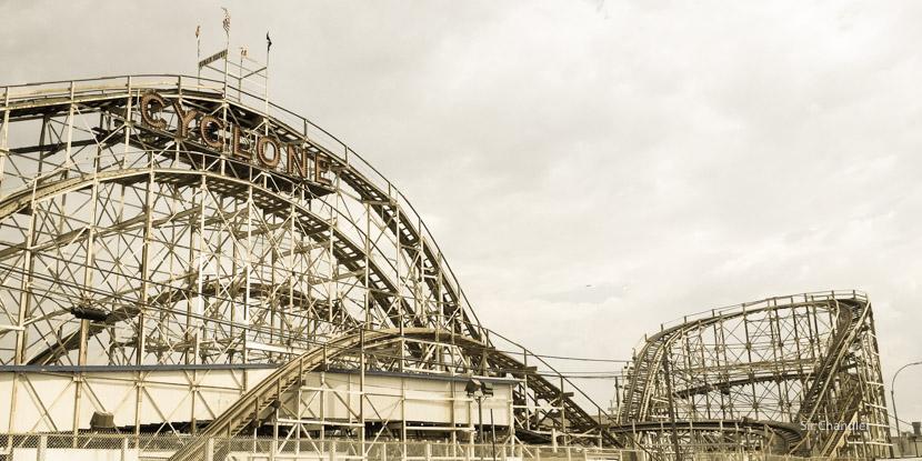 Una montaña rusa de madera en Coney Island