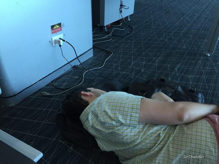 5-hombre-descansando-aeropuerto