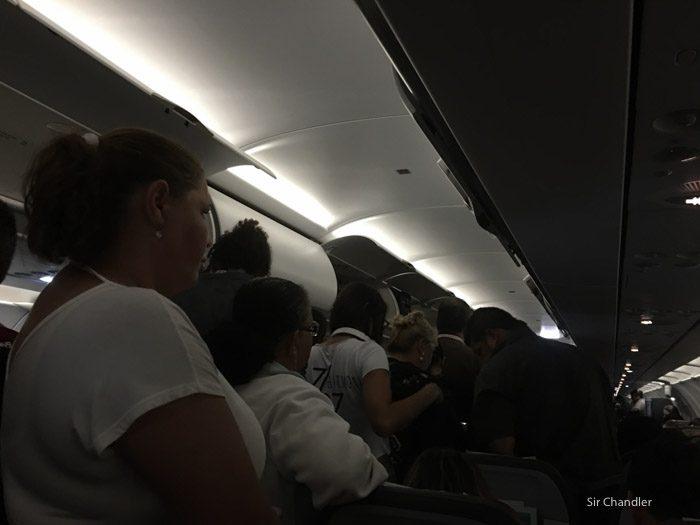 23-gente-parada-avion