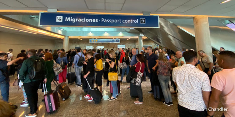 Migraciones en Ezeiza con largas filas según el horario